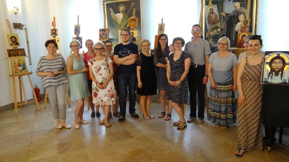 Prowadząca warsztaty pisania ikon Elżbieta Jackowska-Kurek (w środku) i jej uczniowie